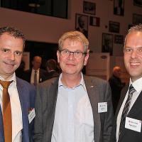 Christoph Kissling (l.) und Roger Hunziker (r., RHIAG), in der Mitte Peter Krieg (Geschäftsführer Baumgartner AG)