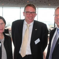 Da sinistra: Bernadette Langenick (auto-i-dat AG), Eric Besch (Presidente UPSA sezione BE Biel Seeland) e Wolfgang Schinagl (auto-i-dat AG)