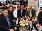 Thomas Gut (l.), Roger Schlup (2. v. l.) und Thomas Stieger (r. Garage Gut, Bad Ragaz) mit Motorenpapst Mario Illien (3. v. l.) und Urs Wernli.